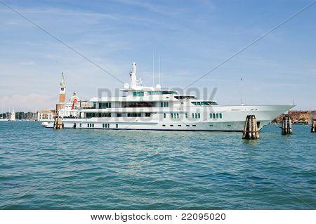 Luxury Motor Yacht Siran