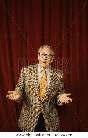 Hombre mayor encogiéndose en gafas geek