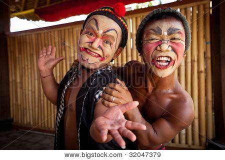 BALI, INDONESIA - 9 de abril: Actores de balines posando para turistas antes de un clásico dan balinesa nacional