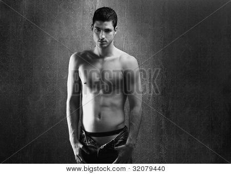 Schwarz und weiß sexy junge Denim Hemd Mann auf retro Grunge hintergrund