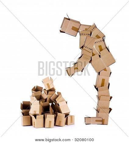 Homem de caixa olhando a pilha de caixa