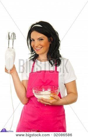 Mulher feliz do Chef apresentando Mixer