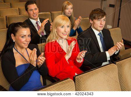 Theater-Publikum klatschen und jubeln