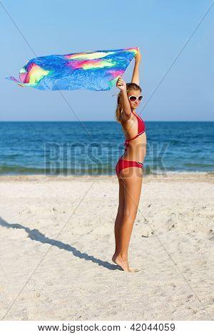 schöne Teen Mädchen stand am Strand