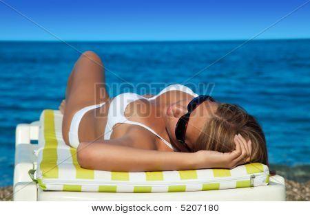 beautiful Woman in Bikini liegend zurück