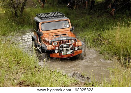 Crush Beige Jeep Wrangler Off-roader V8 Crossing Muddy Pond