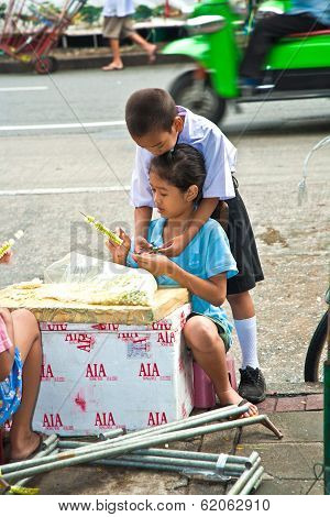 Children Are  Binding Flowers Before School Starts