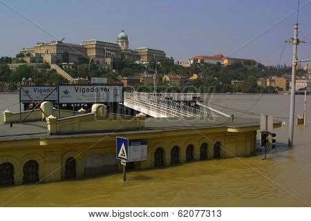 BUDAPEST, HUNGARY, 19 AUGUST 2002 ---- The Danube River today crested at over eight meters above normal in the Hungarian capital Budapest. Thousands of people came to see the once in a century flood.
