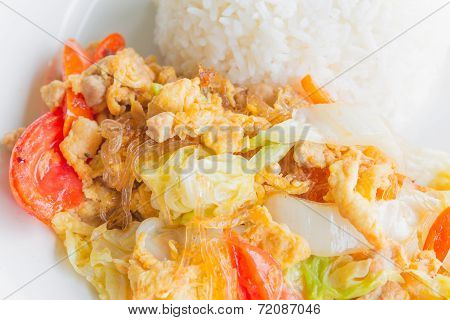 Fried vermicelli with egg and chicken