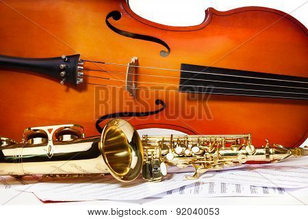 Violoncello and alto saxophone on musical notes