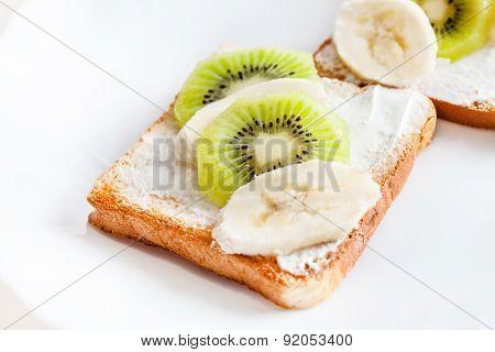 toast with kiwi and banana