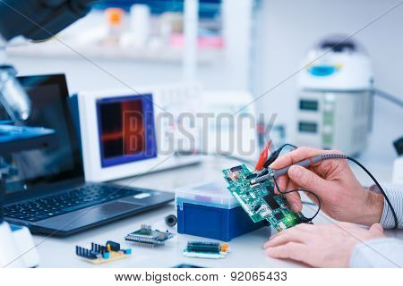 Using the microscope electronics laboratory