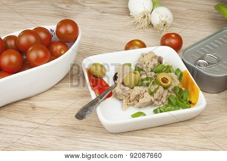 can of tuna, a healthy meal with vegetables, fast food preparation