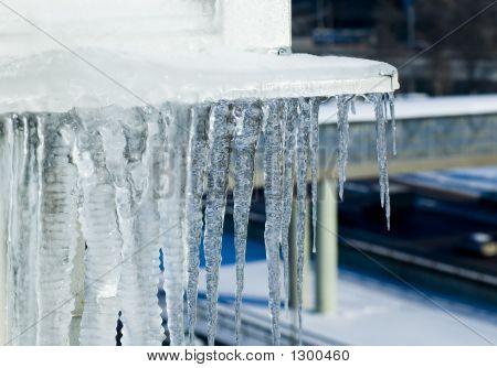 Fusión de hielo contra el fondo de la ciudad, primavera