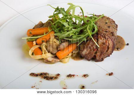 Mignon meat steak with arugula and pasta