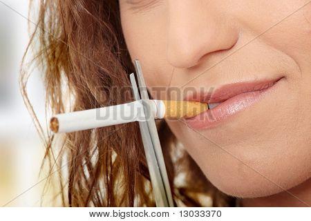 Fumar quiting de joven - enfoque en mano