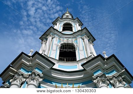 RUSSIA.SAINT-PETERSBURG.CHURCH TOWER ON BACKGROUND OF BLUE SKY.