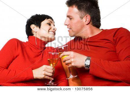 Junges Paar hat ein Datum. Sie trinken Wein.