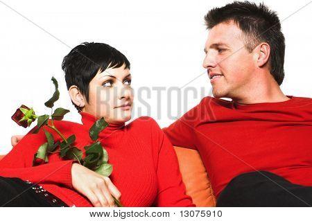 Junges Paar hat ein Datum. Sie suchen einander an.