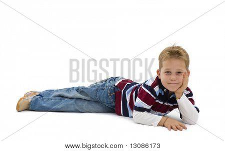 Jungen tragen trendige bunte t-Shirts, auf Boden, liegend lächelnd. Isoliert auf weißem Hintergrund.