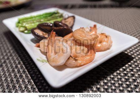 Prawns teppanyaki with asparagus and mushroom (Japanese foods)