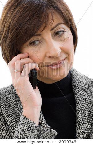 Closeup Retrato de empresaria senior hablando por teléfono móvil. Aislado sobre fondo blanco.
