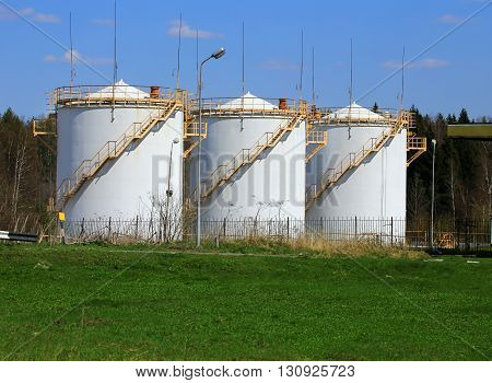 Tanks intended for the reception and storage of petroleum products