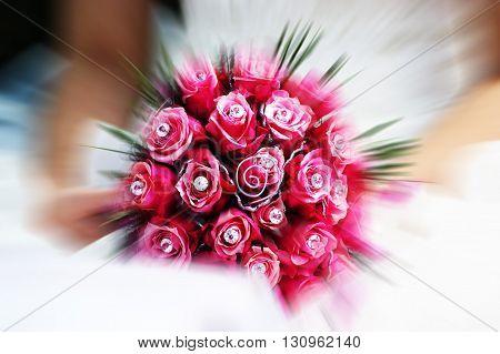 Um boquet de rosas de uma noiva