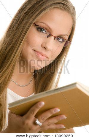 Closeup protrait do livro de leitura do Colégio linda menina. Isolado no fundo branco.