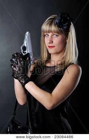 Mujer de gángster con pistola en vestido negro