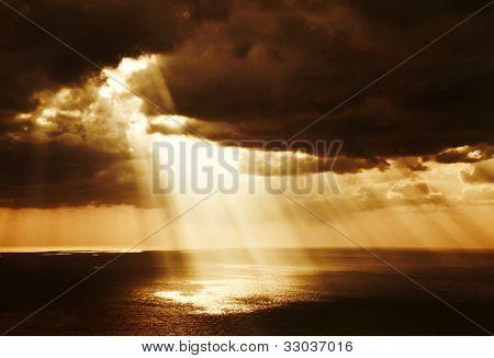 dramatischen Sonnenuntergang am Meer, schöne, Ruhige Szene, helle Licht der Sonne, Strahlen von Licht leuchten im Wasser
