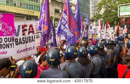 Polícia de choque durante a celebração do dia internacional das mulheres