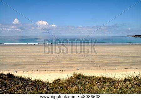 Longa praia de areia da Bretanha, na França