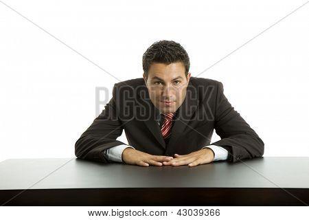 homem de negócios de jovens em uma mesa, isolada no branco