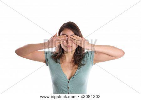 mulher cobrindo os olhos