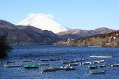 Постер, плакат: Лодки припаркованного на озеро Ashi и Mt Fuji как фон