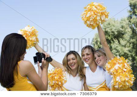Vídeo de Cheerleader feminino gravando amigos companheiro líder de torcida