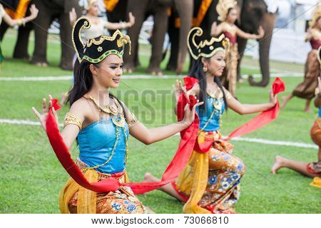 HUA HIN, THAILAND - AUGUST 28: Unidentified thai dancers dancing.  Elephant polo games during the 2013 King 's Cup Elephant Polo match on August 28, 2013 at Suriyothai Camp in Hua Hin, Thailand.