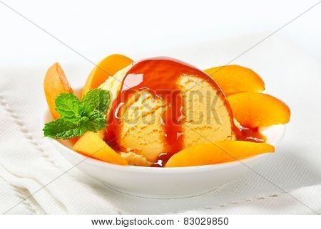 Ice cream with sliced apricot and caramel sauce