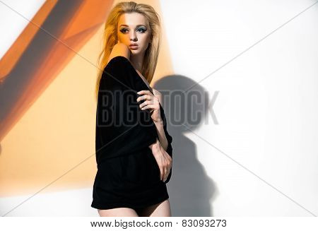 Blonde woman, with black blouse and naked shoulders