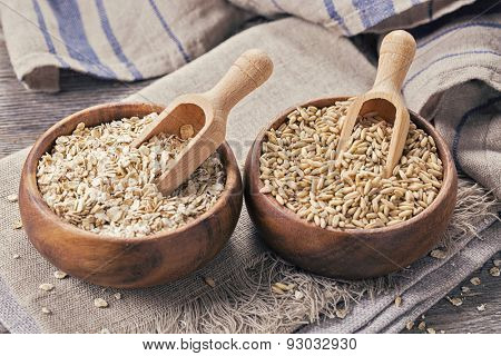 Oat flakes and seeds in bowls