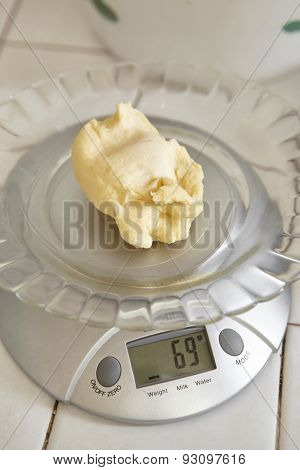 Weighing bread dough using electronic scales