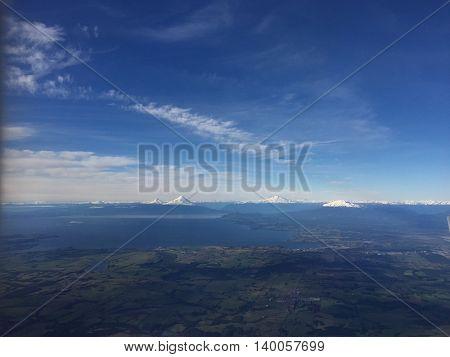 Foto aerea de volcanes de la region de los lagos