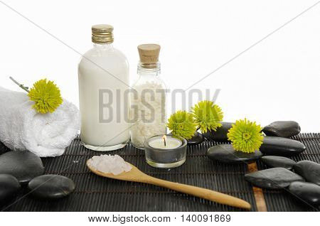 SPA set on mat with gerbera
