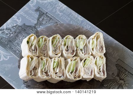roll with fish, bread, roll, snack, food, fish, cucumber, dinner