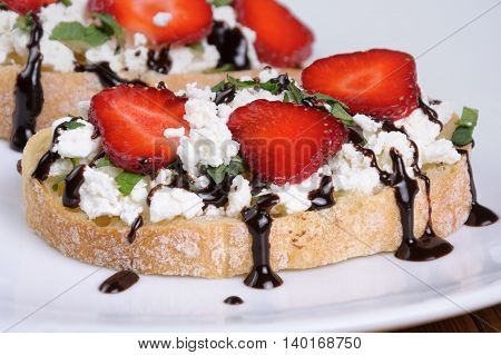 Sandwich ricotta and mint with strawberry slices and chocolate topping