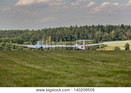 towing gliders when starting on a grass runway in sunny day