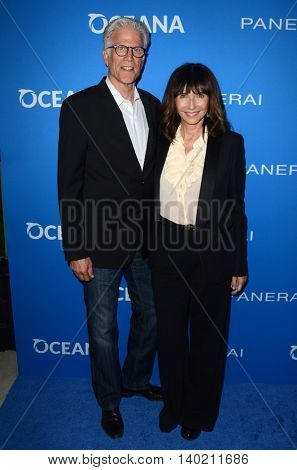 LOS ANGELES - JUL 19:  Ted Danson, Mary Steenburgen at the Oceana Presents Sting Under The Stars at the Private Home on July 19, 2016 in Los Angeles, CA