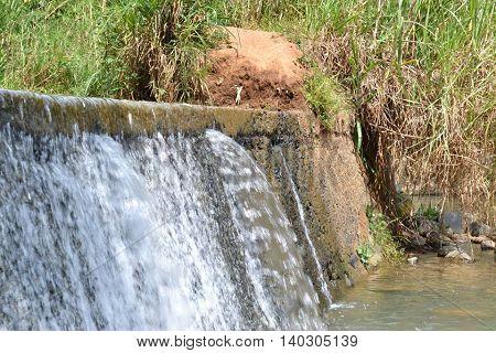 cascada natural de agua fria en perfil