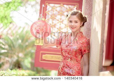 The Asian Chinese Woman In Traditional Chinese .hold Red .paper Lanterns